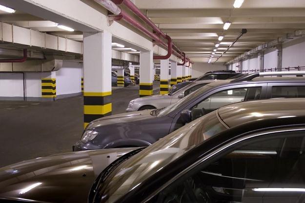 W przypadku garaży z reguły nie wyodrębnia się własności miejsc parkingowych /©123RF/PICSEL