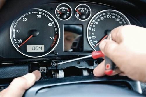 W przypadku Passata B5 wyjęcie zegarów wymaga demontażu elementów kolumny kierowniczej oraz deski rozdzielczej i trwa ok. 1,5 godziny. /Motor