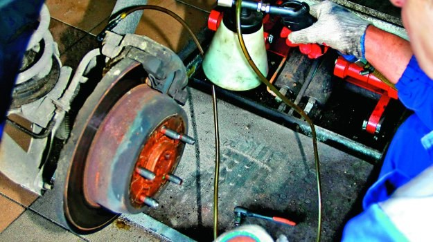 W przypadku starszych aut z ABS-em wymiana płynu może odbyć się bez pomocy urządzeń diagnostycznych. /Motor