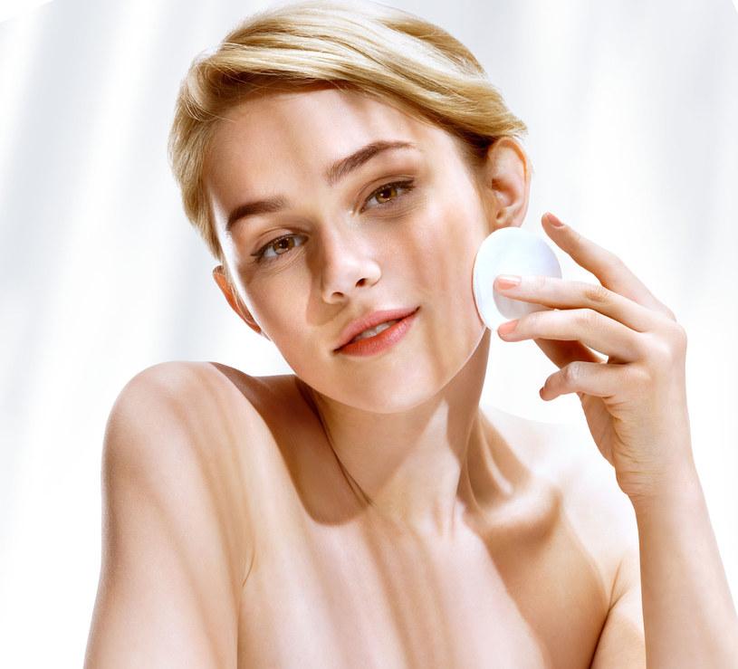 W przypadku trądziku różowatego odradza się zwykły makijaż, dopuszczalny jest ten medyczny /123RF/PICSEL