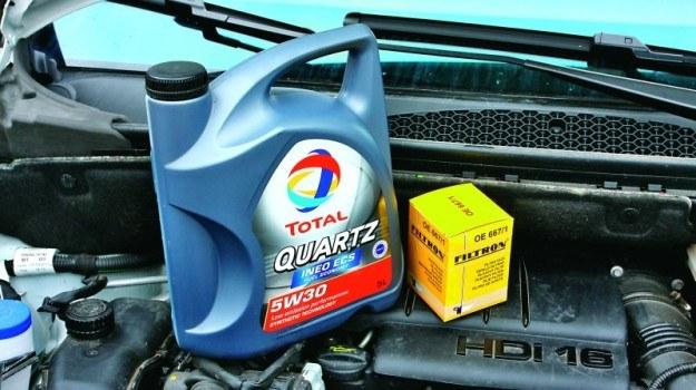 W przypadku użytkowania auta na krótkich trasach warto skrócić zalecany przez producenta interwał wymiany oleju o 25 proc. /Motor