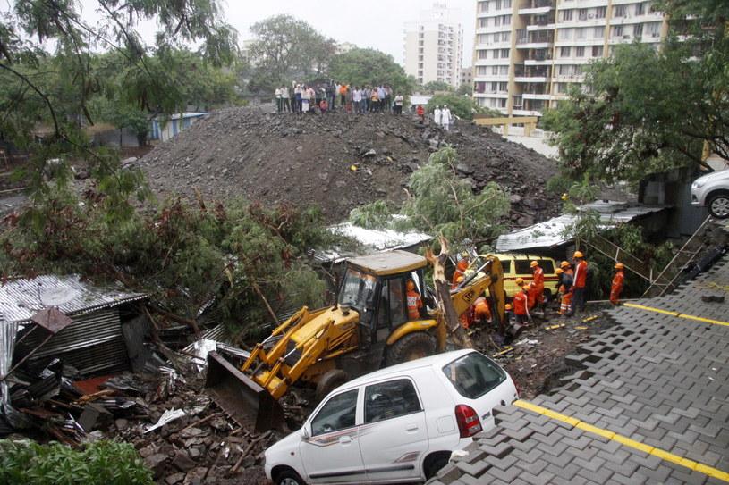 W Pune w stanie Maharasztra zawalił się mur oddzielający parking samochodowy wielopiętrowego budynku mieszkalnego / STR   /PAP/EPA