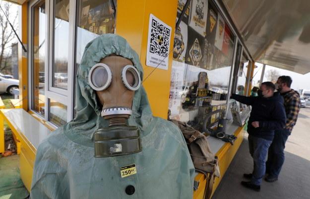 W punkcie kontrolnym umożliwiającym wejście do strefy przy elektrowni w Czarnobylu można kupić m.in. takie pamiątki /SERGEY DOLZHENKO /PAP/EPA