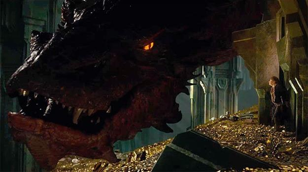 """W """"Pustkowiu Smauga"""" dojdzie do starcia między smokiem i hobbitem /materiały prasowe"""
