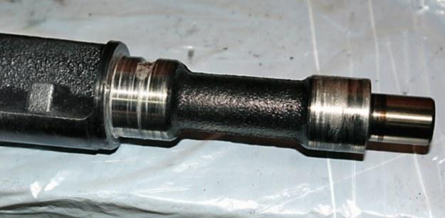 W razie kłopotów ze smarowaniem zacierają się elementy obracające się, oprócz wału korbowego także wałki rozrządu i wałki wyrównoważające (fot. powyżej). /Motor