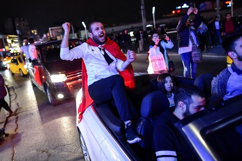 W referendum 51,3 proc. Turków opowiedziało się za zmianami w konstytucji /AFP