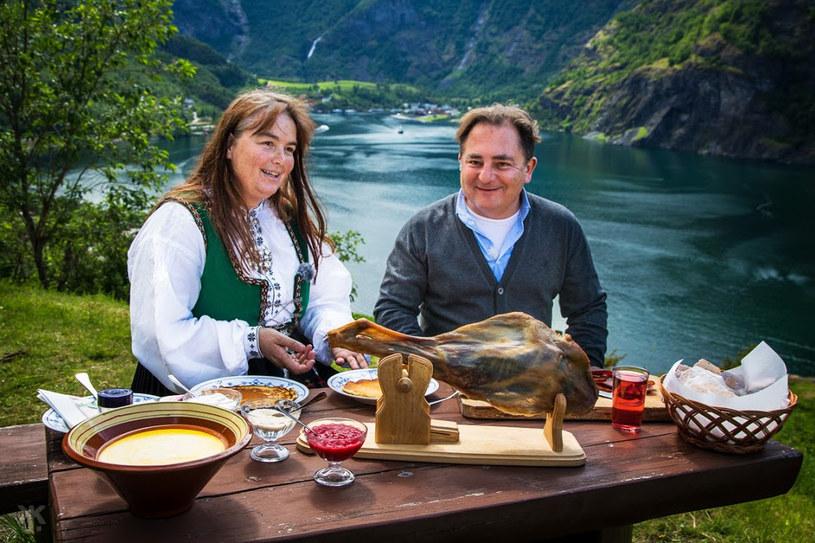 W regionie fiordów kucharz-podróżnik zaproponował własną wersję tradycyjnej potrawy jaką są suszone baranie żeberka /materiały prasowe