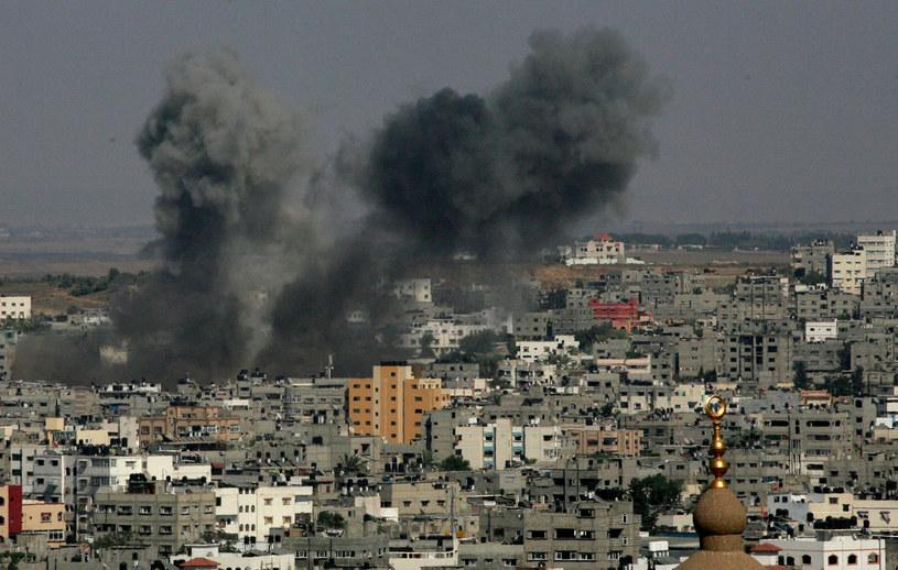 W relacji na żywo izraelska telewizja pokazała chmurę dymu na niebie nad Tel Awiwem. /MOEZ SALHI  /AFP