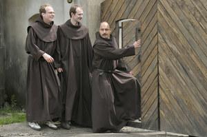 W rolach zakonników zobaczymy też aktorów Teatru Montownia /  /AKPA