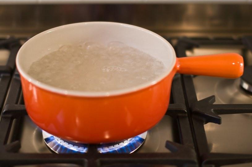 W rondlu (o czystym spodzie) zagotuj wodę. Przesuwaj nim po tkaninie, póki jest gorący /123RF/PICSEL