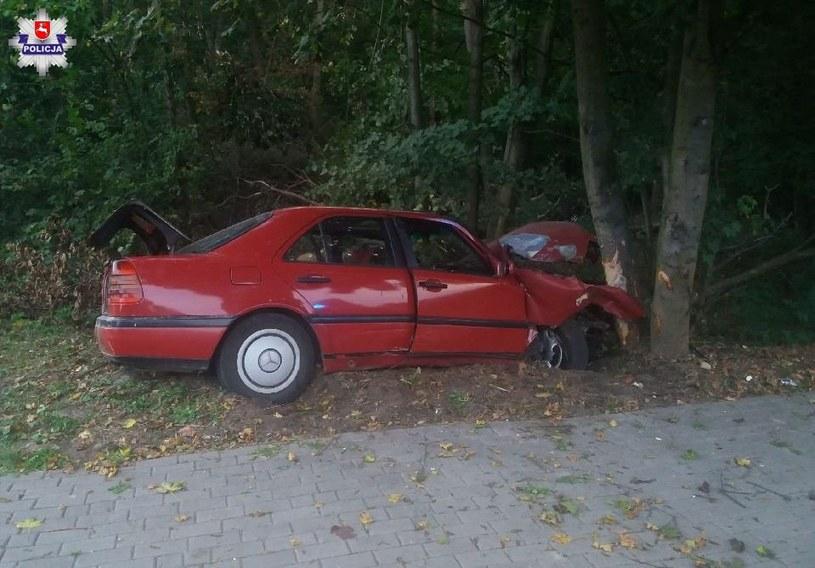 W rozbitym aucie została ranna pasażerka /