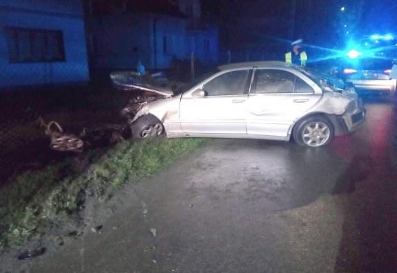 W rozbitym mercedesie kierowca zostawił rannych pasażerów /Policja