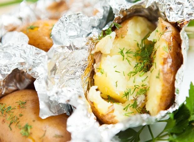 W rozcięcia ziemniaków włóż kawałki boczku /123RF/PICSEL