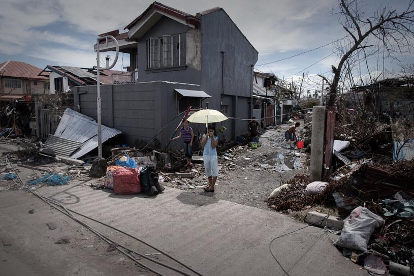 W ruinach budynków w Tacloban jest wciąż dużo rozkładających się ciał ofiar /AFP