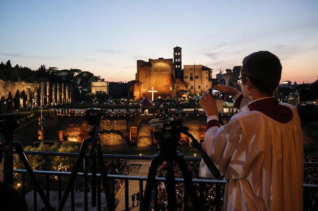 W rzymskim Koloseum Droga Krzyżowa pod przewodnictwem papieża /Fabio Frustaci /PAP/EPA