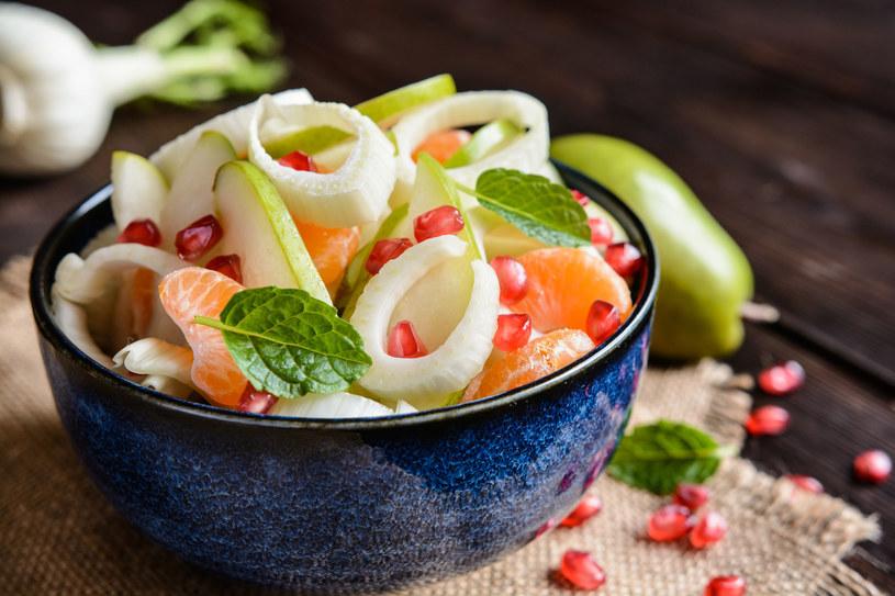 W sałatkach dobrze smakuje w połączeniu z cytrusami, gruszkami, jabłkami, wędzonym kurczakiem i serami pleśniowymi /123RF/PICSEL
