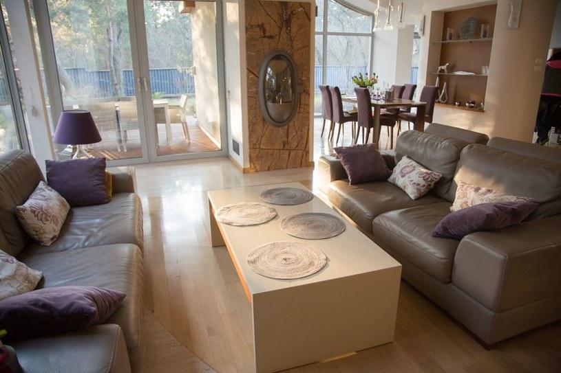 W salonie królują skórzane kanapy i ciepła podłoga z bielonego dębu /Agencja W. Impact