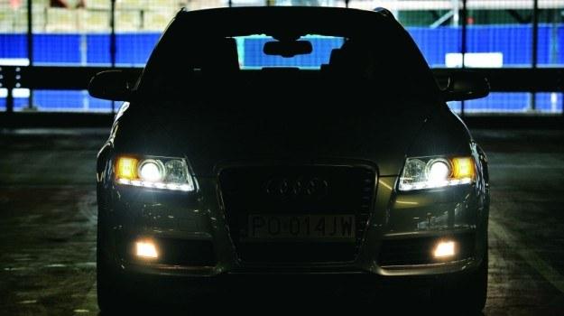 w samochodach rejestrowanych po raz pierwszy od 2010 r. światła pozycyjne tylne, światła obrysowe oraz oświetlenie tablicy rejestracyjnej nie mogą włączać się razem ze światłami dziennymi. /Motor