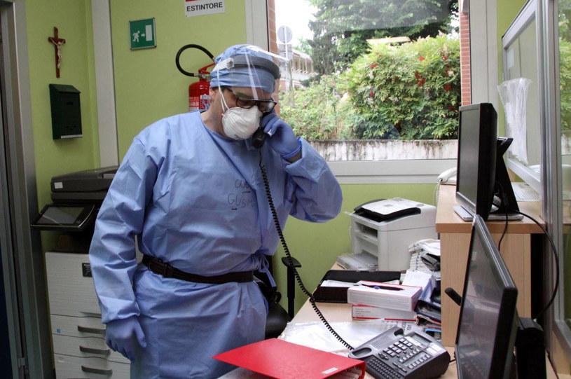 W  San Giovanni Bianco zbadano ponad 1400 ochotników. Testy przejdzie jeszcze 400 następnych osób /Red  /PAP/EPA