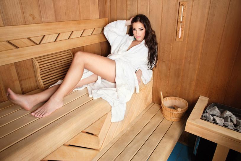 W saunie parowej i suchej nie wolno przebywać z mokrymi włosami, ponieważ w takim wypadku łuski włosa otwierają się dużo szybciej co jeszcze bardziej niszczy włosy /123RF/PICSEL