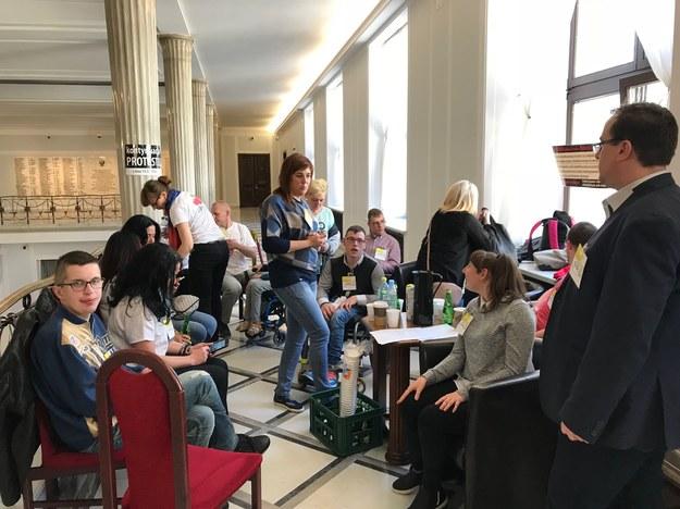 W Sejmie znów protestują opiekunowie osób niepełnosprawnych /Grzegorz Kwolek /RMF FM