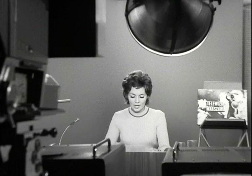 """W serialu """"Przygody psa Cywila"""" Bożena Walter zagrała spikerkę telewizyjną /INPLUS /East News"""