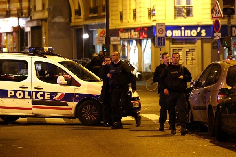W serii zamachów w Paryżu zginęło co najmniej 129 osób /YOAN VALAT  /PAP/EPA