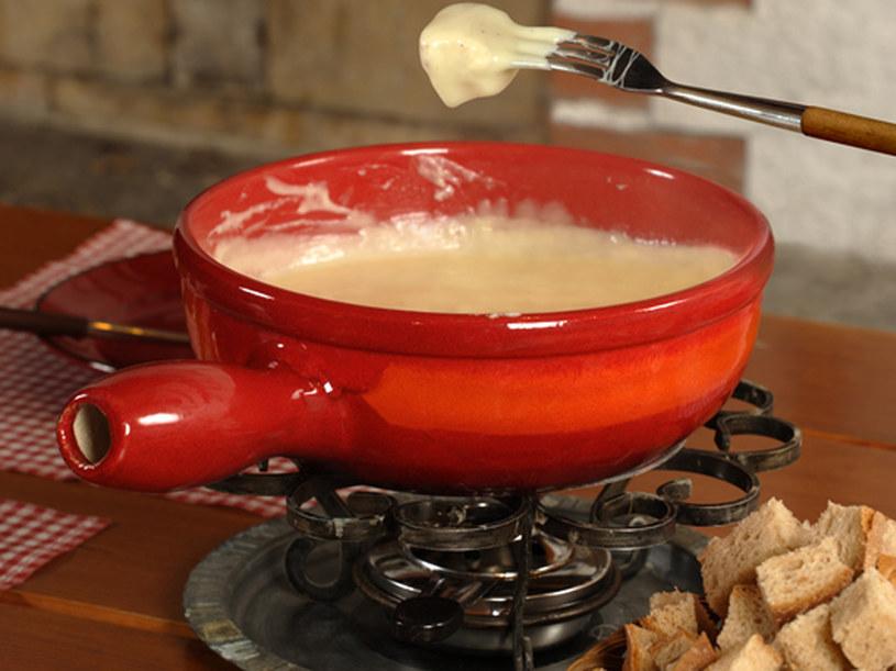 W serowym fondue możesz maczać kawałki pieczywa, warzywa lub pokrojoną w kostkę kiełbaskę /© Panthermedia