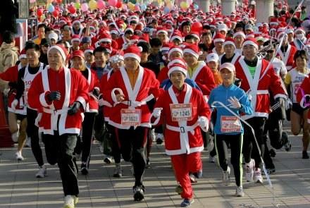 W Seulu furorę zrobił bieg Mikołajów, w Krakowie coraz popularniejszy jest bieg sylwestrowy /AFP