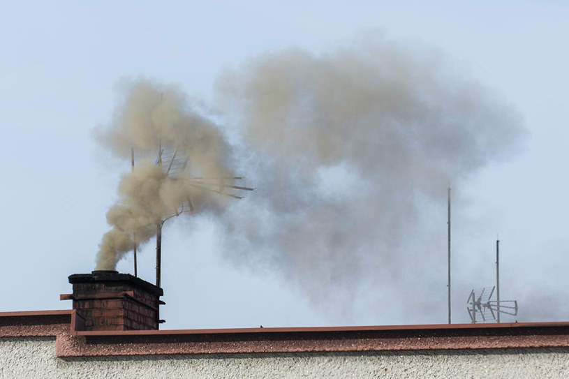 W sezonie grzewczym w Krakowie kontrolowano mieszkańców. Niewielu paliło zakazanymi węglem i drewnem /123RF/PICSEL