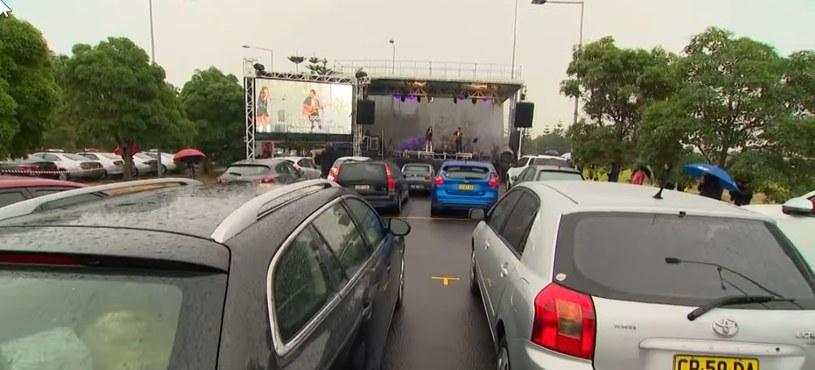 W Sidney, na darmowym koncercie dla kierowców 40 samochodów, wstąpiła Casey Donovan /YouTube