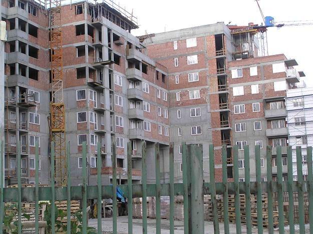 W sierpniu, drugi miesiąc z rzędu, wyraźnie spadła liczba mieszkań, których budowę rozpoczęto /INTERIA.PL