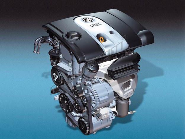 W silniku z wtryskiem bezpośrednim przez zawory wlotowe leci tylko powietrze. Wskutek tego, głowica gorzej się chłodzi, niż gdyby wpadała przez nie mieszanka powietrza z paliwem. Prowadzi to do osadzania się złogów sadzy w głowicy, a silnik zaczyna dymić na czarno. Czyszczenie to mozolna czynność. /Volkswagen