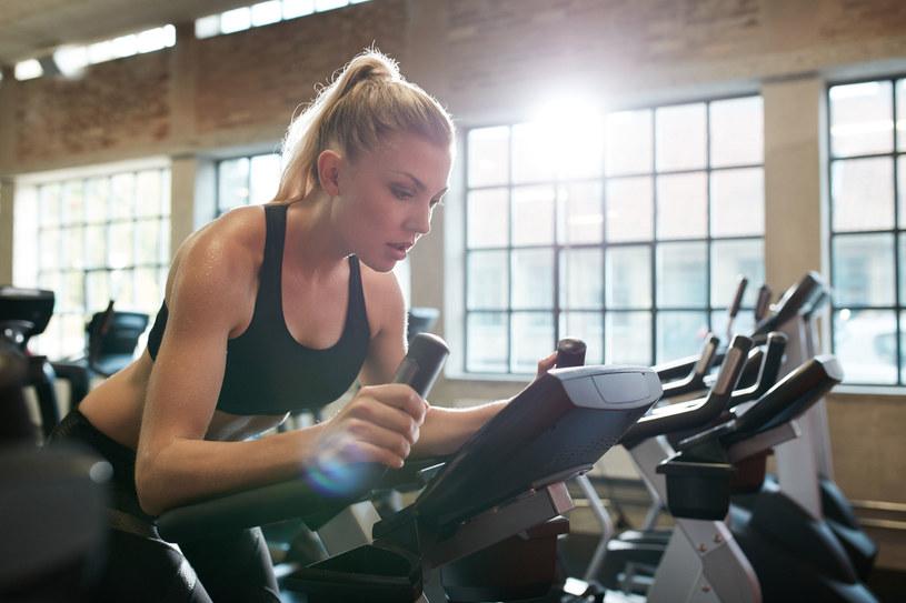 W siłowni można się bardzo zmęczyć i spocić, ale jazda na rowerze stacjonarnym nie uruchamia wszystkich naszych mięśn! /123RF/PICSEL