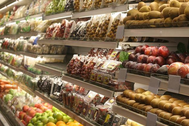 W sklepach można kupić coraz większą liczbę produktów pakowanych /©123RF/PICSEL
