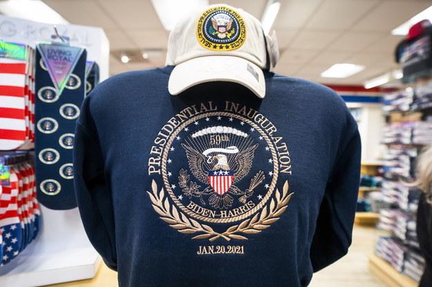 W sklepach pojawiły się już gadżety przed inauguracją nowego prezydenta /JIM LO SCALZO /PAP/EPA