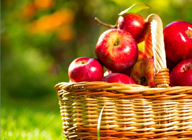 W skórce jabłka znajduje się najwięcej błonnika i pektyn /123RF/PICSEL