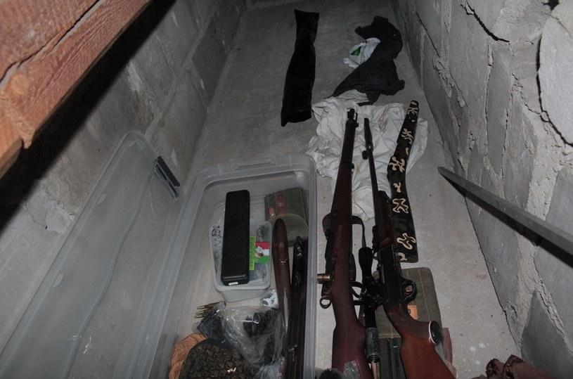 W skrytkach było kilkanaście sztuk broni palnej /RMF/Policja