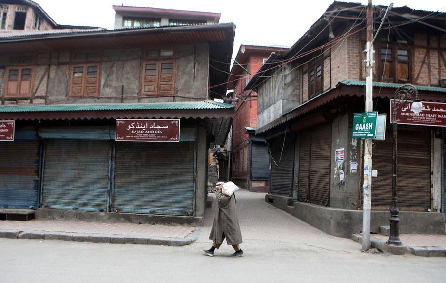 W skutek narodowej kwarantanny ulice w Indiach opustoszały /FAROOQ KHAN  /PAP/EPA