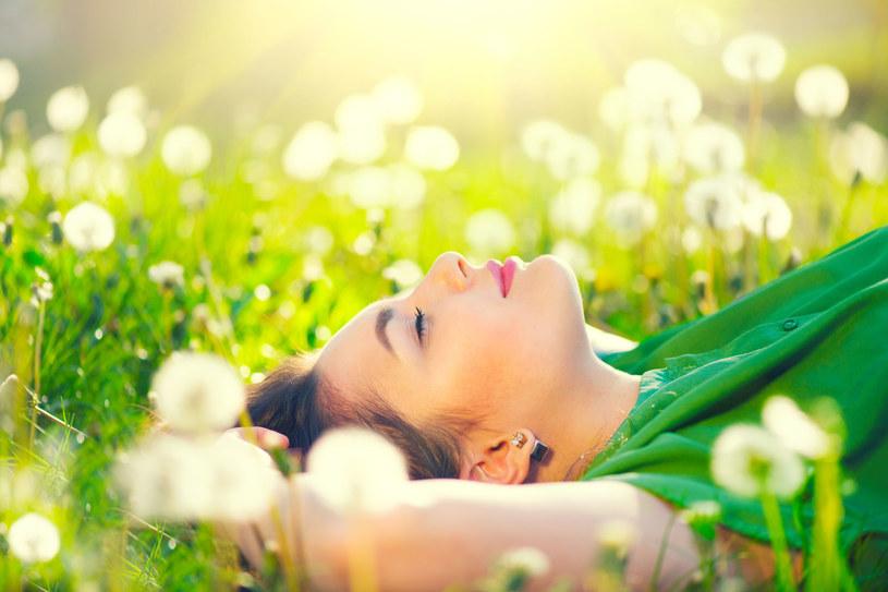 W słoneczne dni przebywaj w pełnym słońcu co najmniej 20 minut /123RF/PICSEL