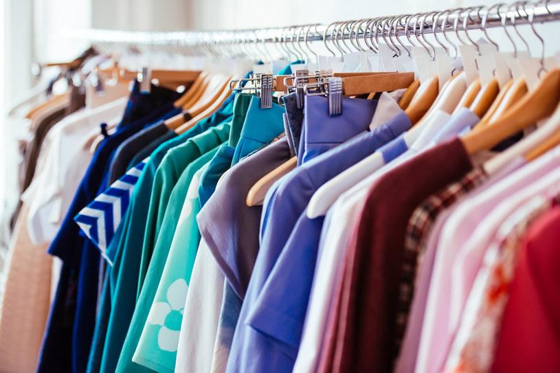 W slow fashion nie chodzi o to, by mieć jak najwięcej ubrań /123RF/PICSEL