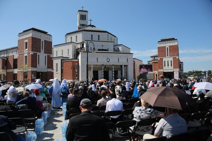 W słowa Franciszka wsłuchiwali się również wierni zebrani przed sanktuarium Jana Pawła II /Grzegorz Momot /PAP