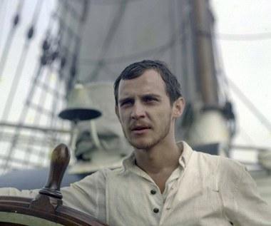 """W """"Smudze cienia"""" (1976) Andrzeja Wajdy aktor wcielił się w postać samego autora autobiograficznej opowieści - Josepha Conrada, który po raz pierwszy otrzymuje dowództwo na statku i musi się zmierzyć z przeciwnościami losu, wykazać się odpowiedzialnością oraz dojrzałością charakteru."""