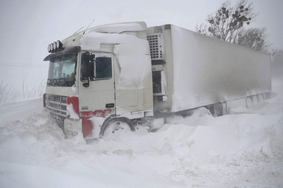 W śniegu utknęło 1800 samochodów /MARKIIAN LYSEIKO  /PAP/EPA