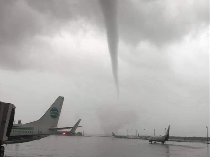 W sobotą trąba powietrzna przeszła nad lotniskiem w Antalyi /AFP