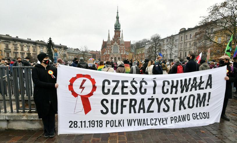 W sobotę (28 listopada) w 102. rocznicę zdobycia przez kobiety w Polsce praw wyborczych protestowali mieszkańcy Krakowa /Artur BARBAROWSKI/East News /East News