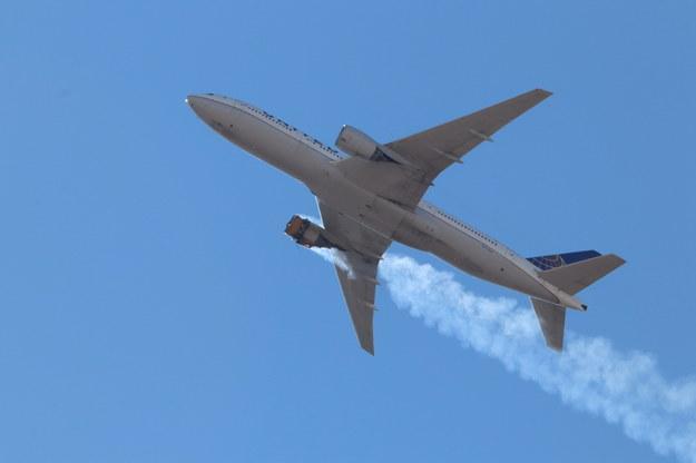 W sobotę jeden z dwóch silników samolotu Boeing 777, lecącego z Denver do Honolulu na Hawajach, zapalił się wkrótce po starcie /Hayden Smith /PAP/EPA