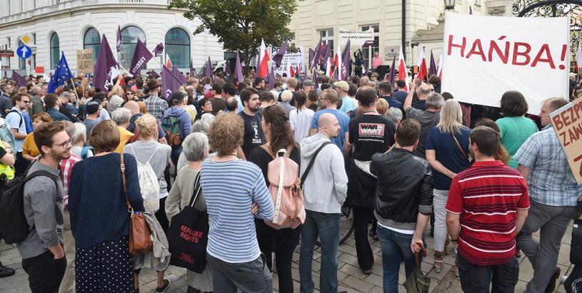 W sobotę przeciwko zmianom w SN protestowała na Krakowskim Przedmieściu partia Razem /Radek Pietruszka /PAP