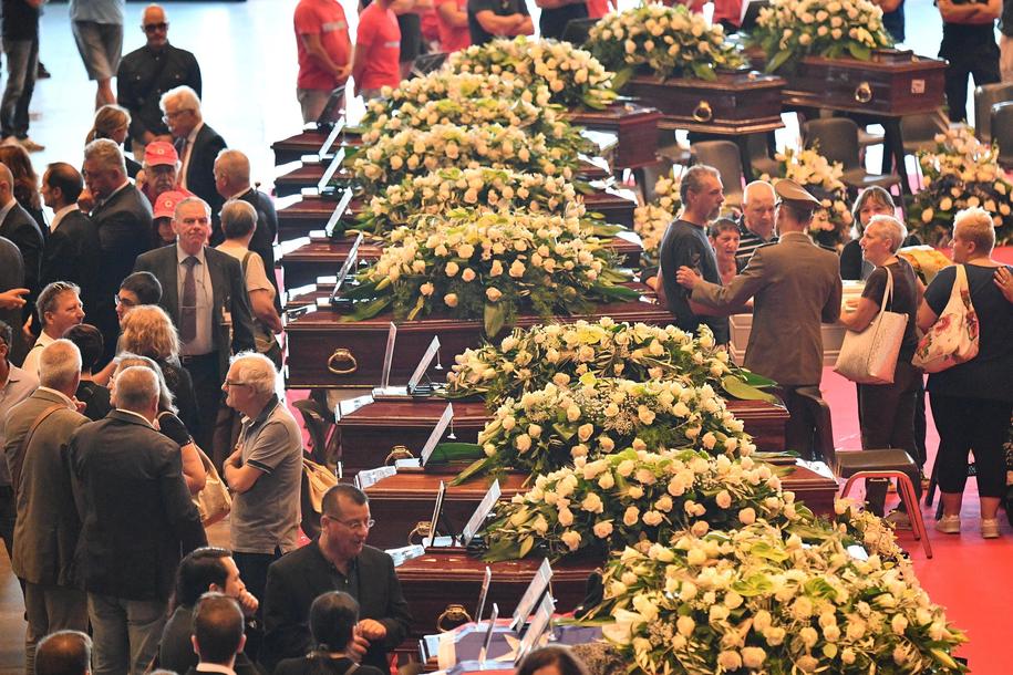 W sobotę w Genui odbywa się państwowy pogrzeb niektórych z ofiar katastrofy na autostradzie /LUCA ZENNARO /PAP/EPA