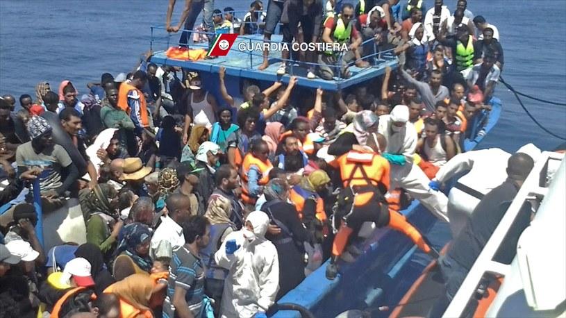 W sobotę włoskie służby przetransportowały nad ląd ponad 4 tys. imigrantów. /GUARDIA COSTIERA /AFP